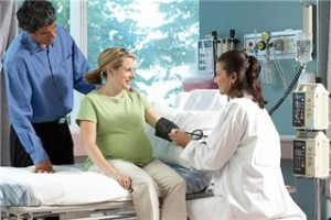 Преэклампсия - опасное состояние во время беременности, приводящее к различным осложнениям и в здоровье женщины, и для плода. Какие симптомы укажут на развитие этой патологии?